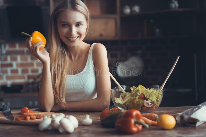 Het jonge vrouw koken Gezond Voedsel - Plantaardige Salade Dieet Het op dieet zijn concept Gezonde Levensstijl Thuis het koken pr royalty-vrije stock foto's