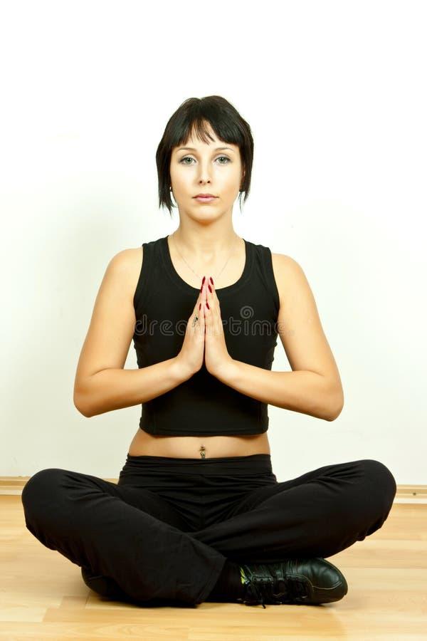 Het jonge vrouw mediteren stock foto's