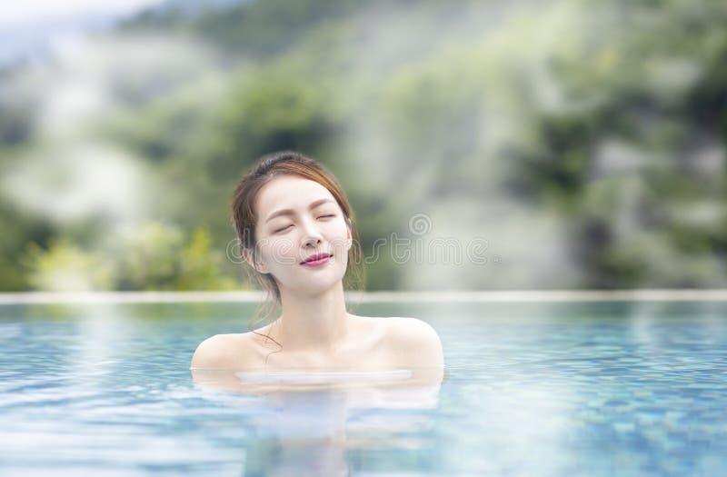 Het jonge vrouw ontspannen in de hete lentes stock fotografie