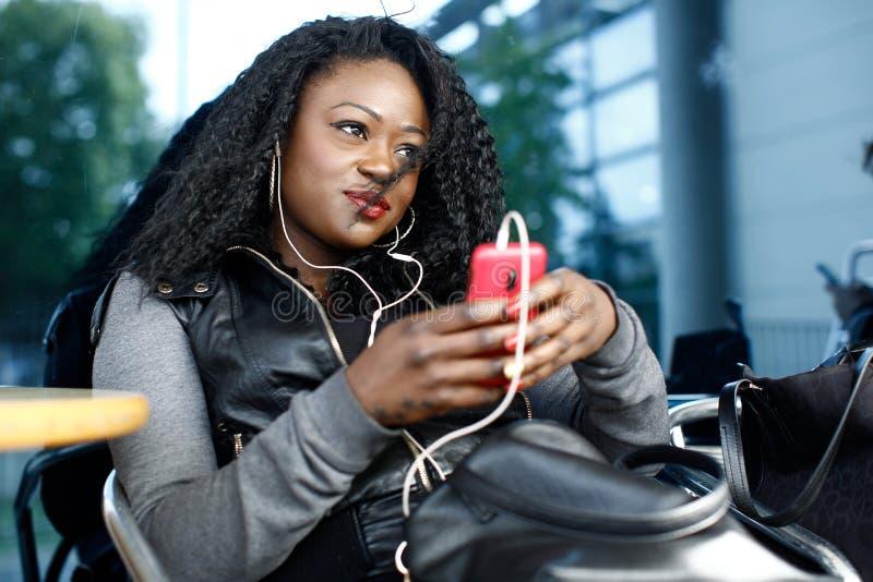 Het in jonge vrouw ontspannen die aan muziek luisteren royalty-vrije stock fotografie