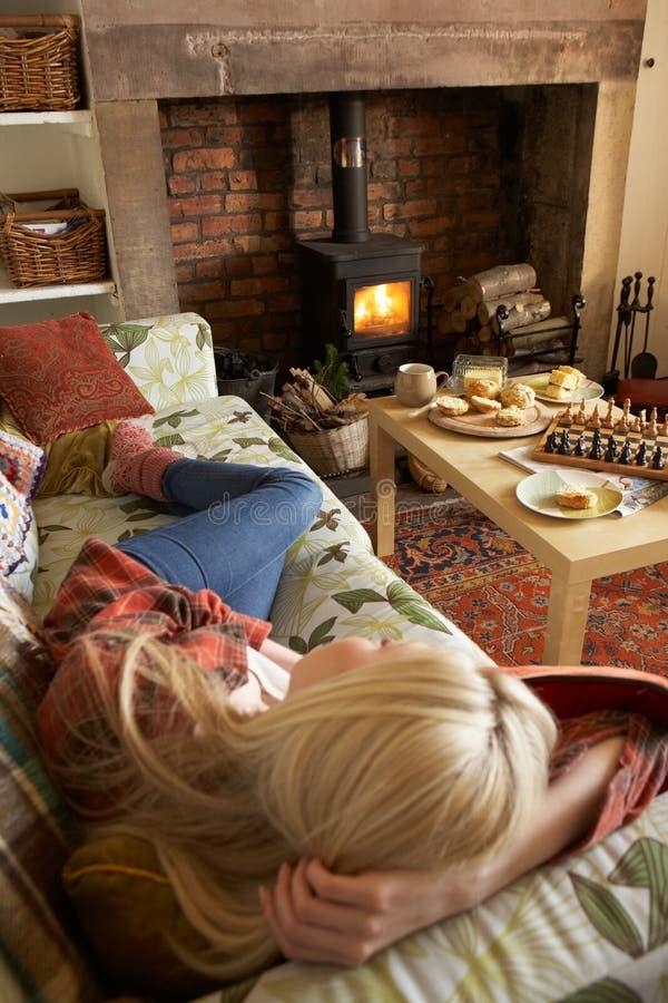 Het jonge vrouw ontspannen door brand stock foto's