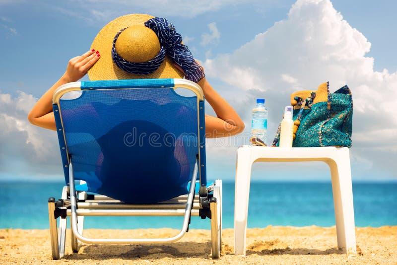 Het jonge vrouw ontspannen door het overzees stock afbeelding