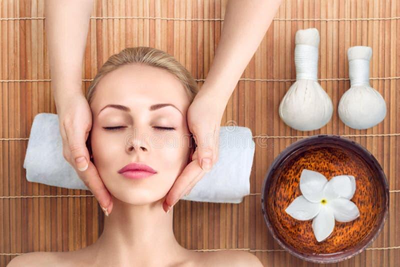 Het jonge vrouw ontspannen met massage in kuuroord royalty-vrije stock foto
