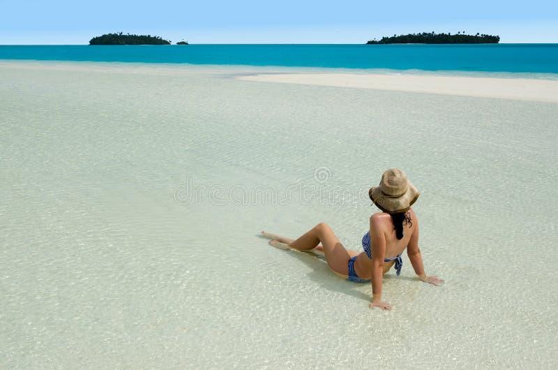 Het jonge vrouw ontspannen op Aitutaki-Lagune Cook Islands stock afbeeldingen