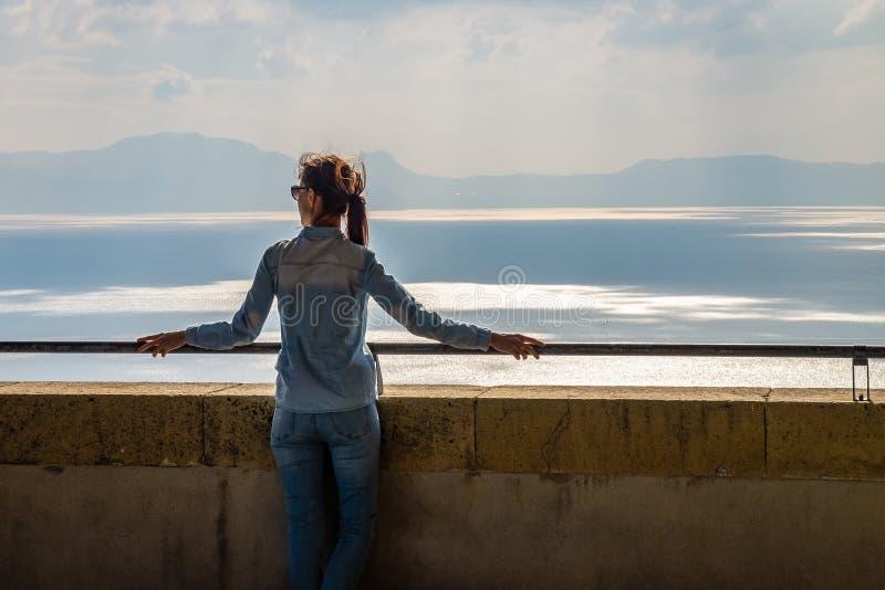 Het jonge vrouw ontspannen op balkon van kasteel op Middellandse Zee royalty-vrije stock afbeeldingen