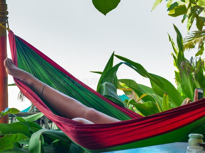 Het jonge vrouw ontspannen op een hangmat, Gokarna-strand, India stock foto
