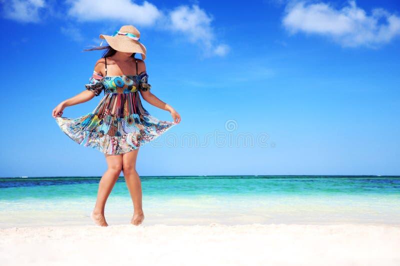 Het jonge vrouw ontspannen op exotisch strand en het genieten van van aardige weath stock fotografie