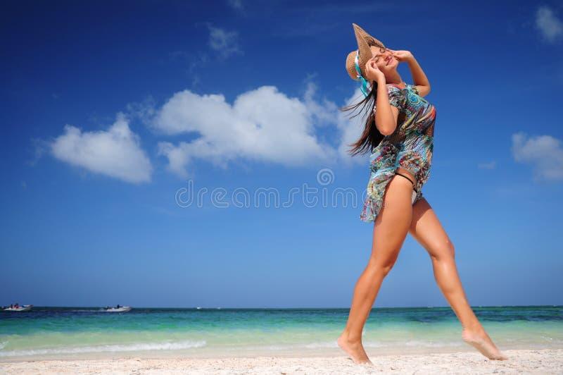 Het jonge vrouw ontspannen op exotisch strand en het genieten van van aardige weath royalty-vrije stock afbeelding