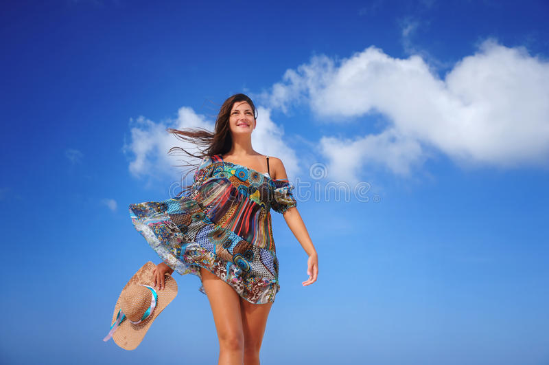 Het jonge vrouw ontspannen op exotisch strand en het genieten van van aardige weath stock afbeelding
