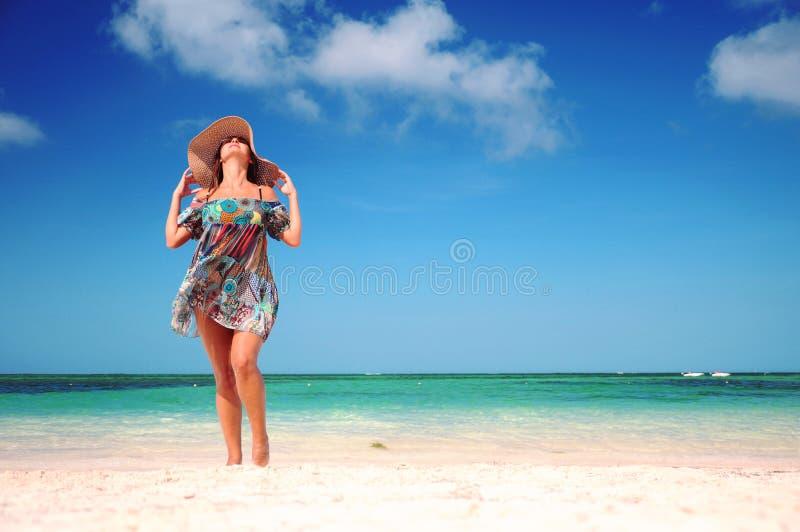 Het jonge vrouw ontspannen op exotisch strand en het genieten van van aardige weath stock foto