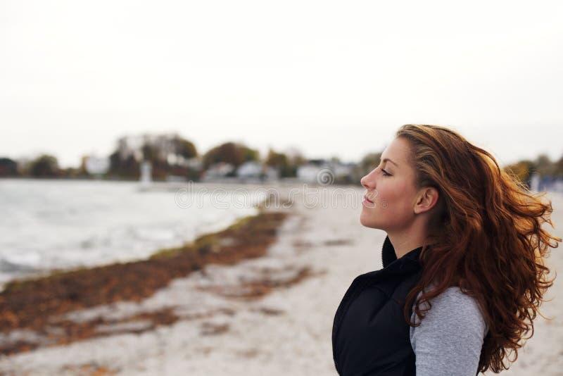 Het jonge vrouw ontspannen op strand royalty-vrije stock afbeelding