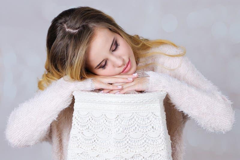 Het jonge vrouw in slaap beweren stock afbeelding