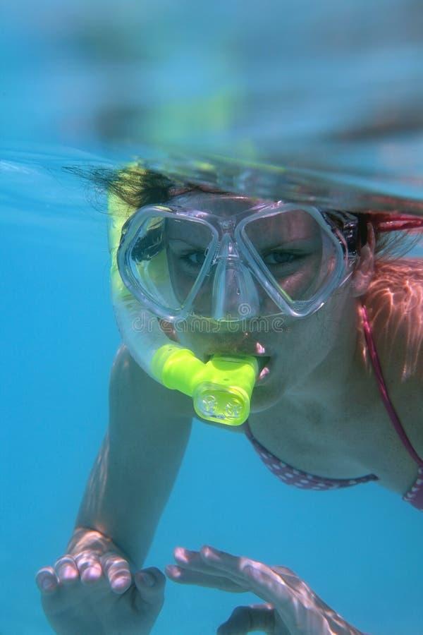 Het jonge vrouw snorkelen. royalty-vrije stock foto