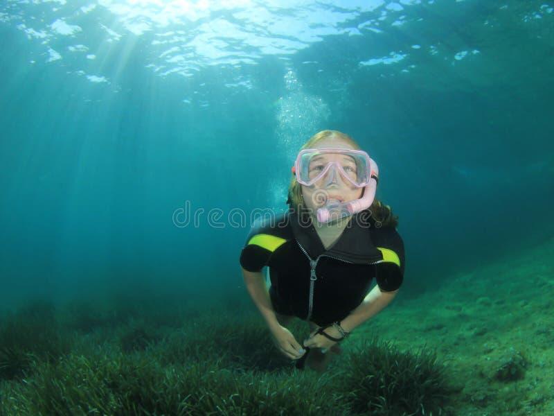 Het jonge vrouw snorkelen stock foto