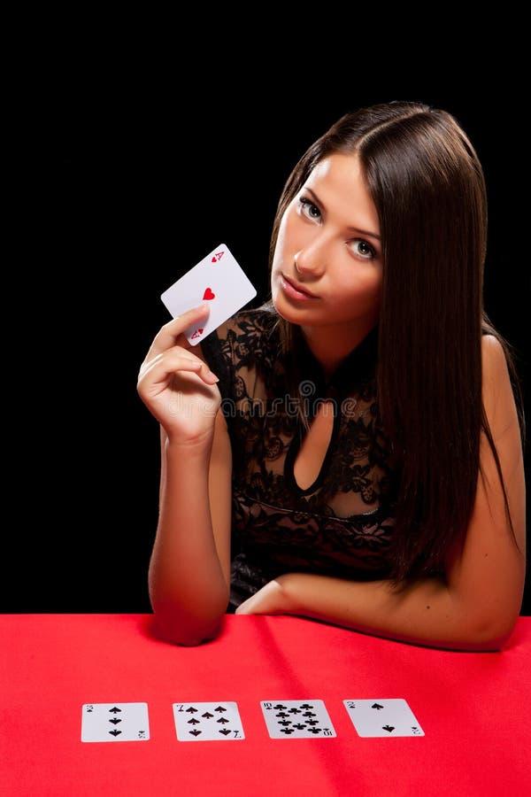 Het jonge vrouw spelen in het gokken royalty-vrije stock afbeeldingen