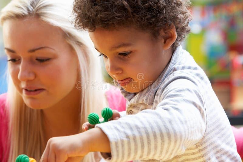 Het jonge vrouw spelen met jongen stock foto