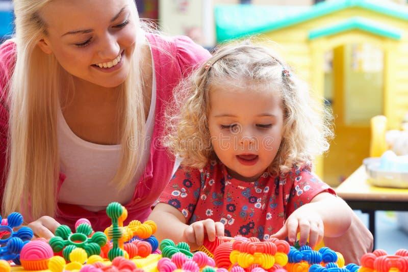 Het jonge vrouw spelen met meisje stock afbeelding