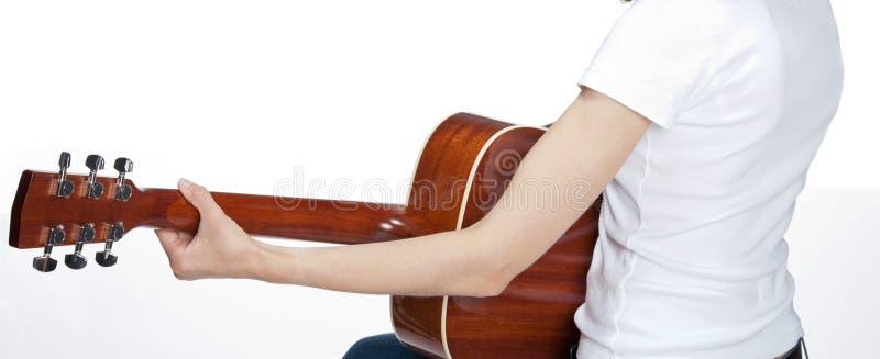 Het jonge vrouw spelen op gitaar stock fotografie