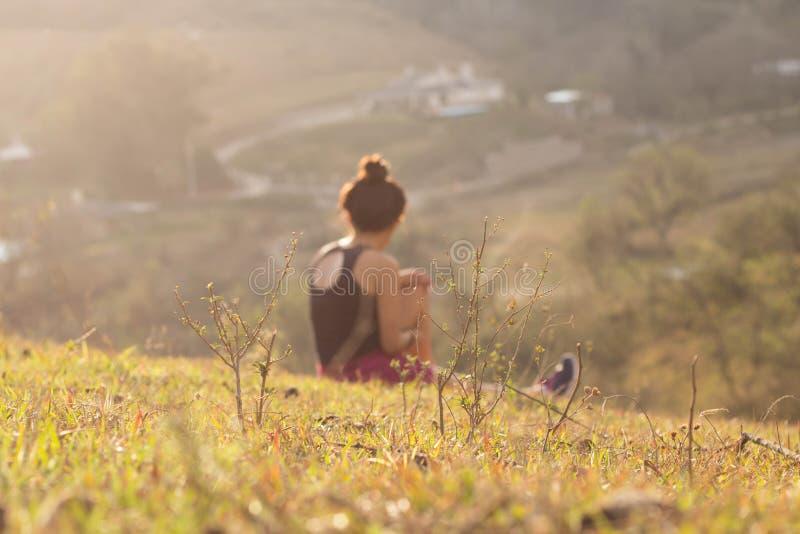 Het jonge vrouw stellen in een zonnig landschap stock afbeeldingen