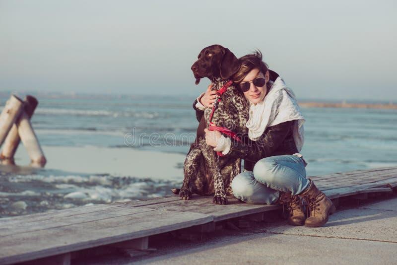 Het jonge vrouw stellen met hond openlucht royalty-vrije stock fotografie