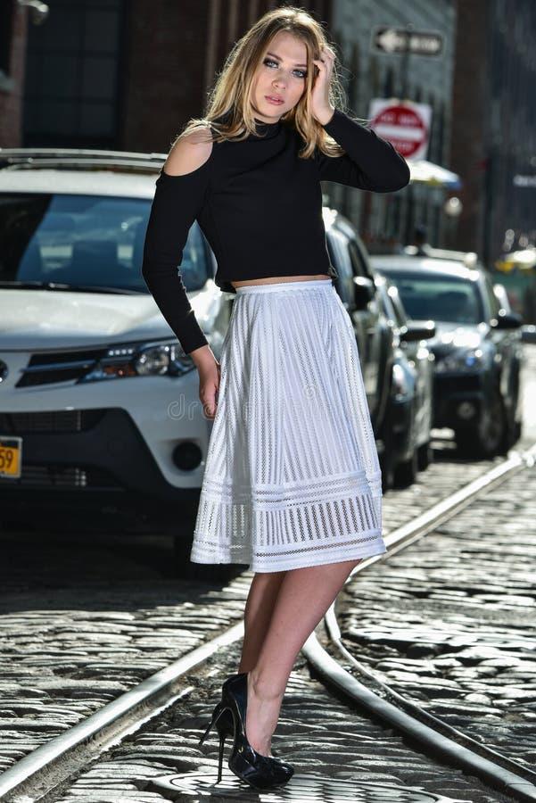 Het jonge vrouw stellen op de straat royalty-vrije stock foto's