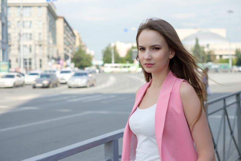 Het jonge vrouw stellen op wegachtergrond royalty-vrije stock foto's