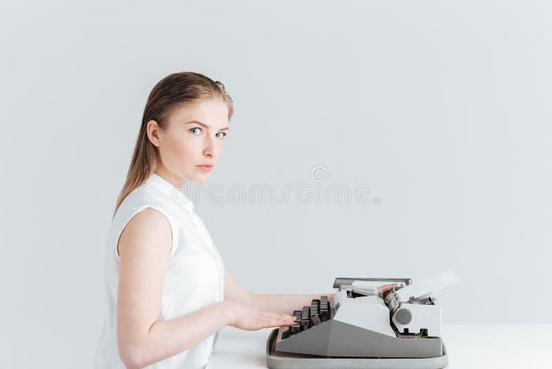 Het jonge vrouw typen op retro machine royalty-vrije stock afbeelding