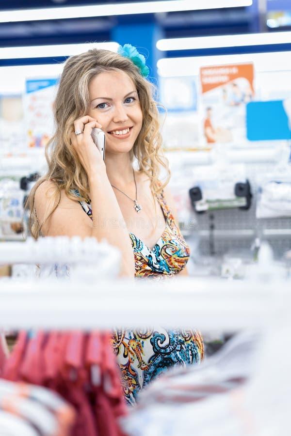 Het jonge vrouw winkelen royalty-vrije stock afbeeldingen