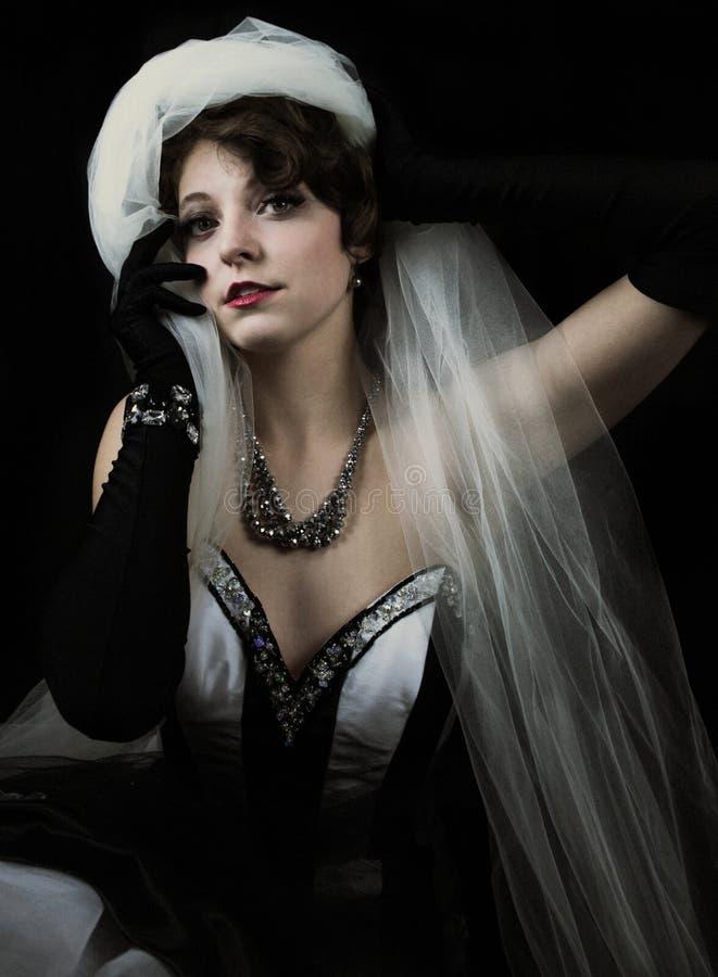 Het jonge vrouw zwart-wit dragen stock afbeeldingen