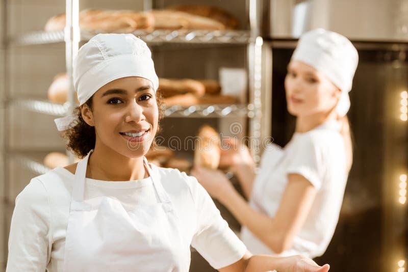 het jonge vrouwelijke bakkers werken stock foto