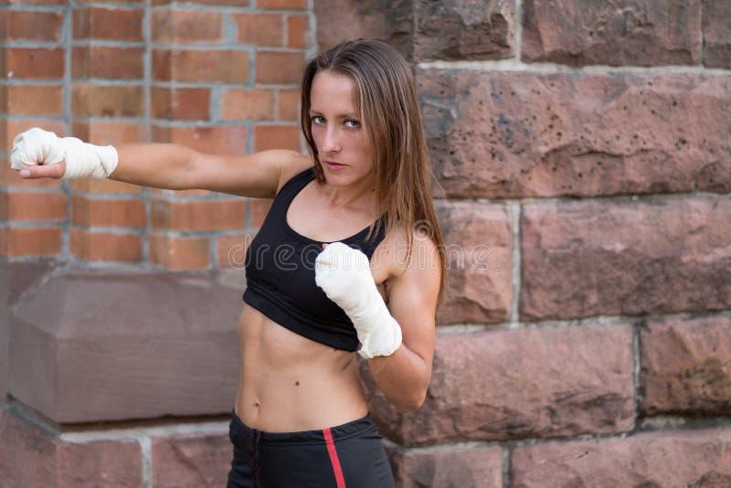 Het jonge vrouwelijke bokser uitwerken royalty-vrije stock afbeelding