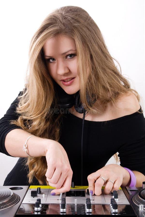 Het jonge vrouwelijke DJ spelen royalty-vrije stock foto
