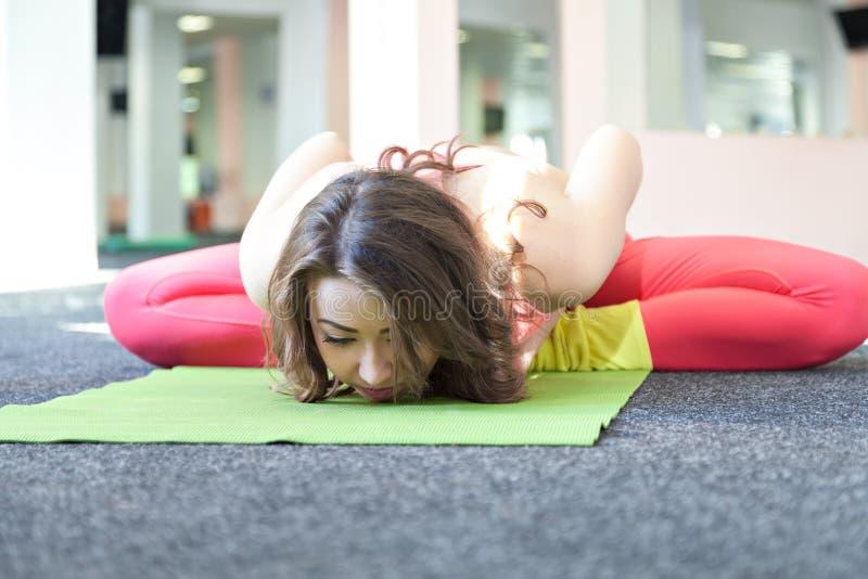 Het jonge Vrouwelijke Uitrekken zich op Oefening Mat In Her Room royalty-vrije stock fotografie