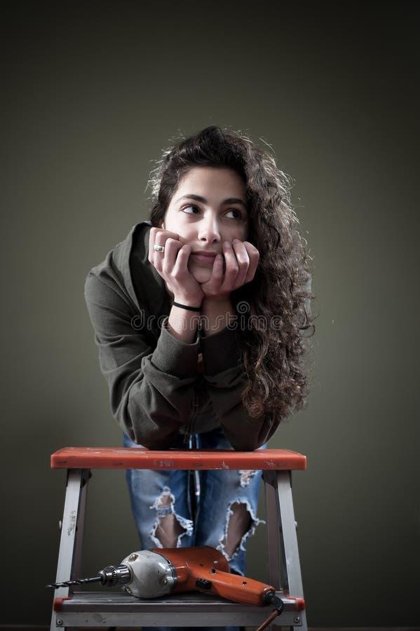 Het jonge vrouwelijke werken met boor stock afbeelding