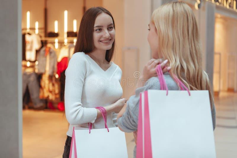 Het jonge vrouwen genieten die samen bij de wandelgalerij winkelen stock afbeeldingen