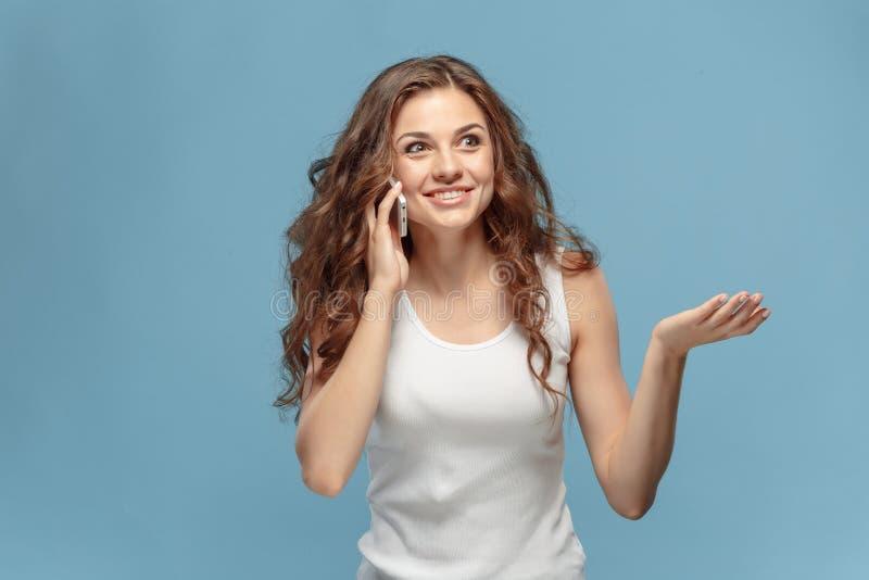 Het jonge vrouwen` s portret met gelukkige emoties royalty-vrije stock afbeeldingen