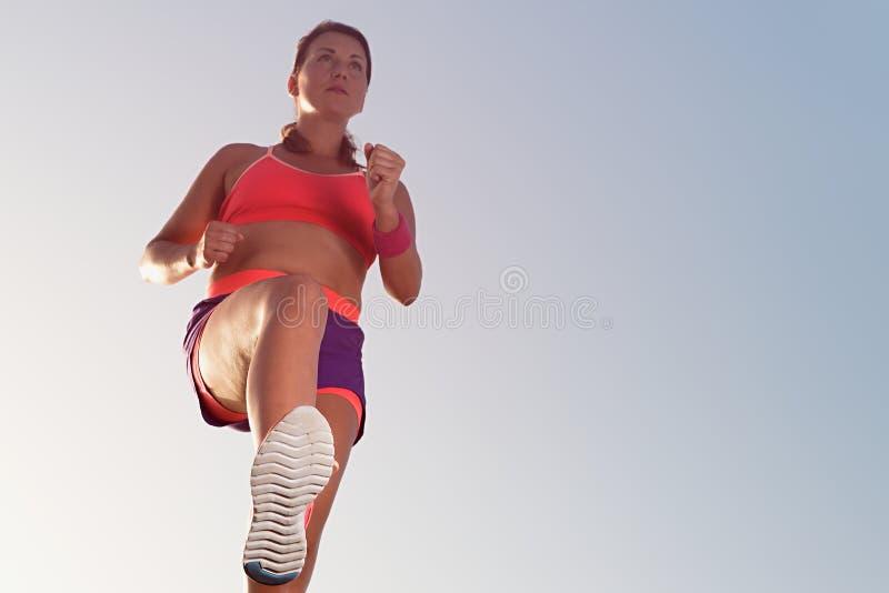 Het jonge vrouwenagent lopen, die voor marathonlooppas opleiden stock afbeelding