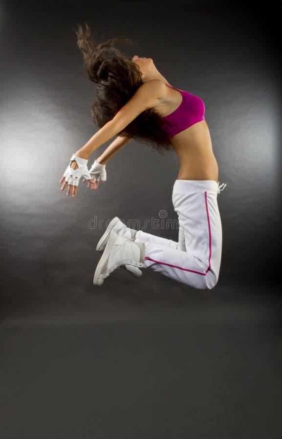 Het jonge vrouwendanser springen stock foto