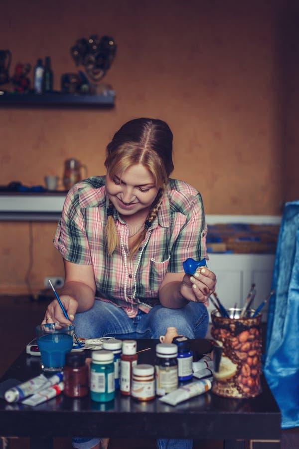 Het jonge vrouwenkunstenaar creatief schilderen thuis royalty-vrije stock foto