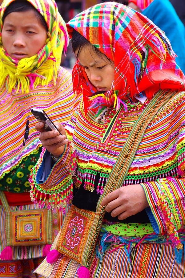 Het jonge vrouwenmeisje met een mobiele telefoon stock fotografie