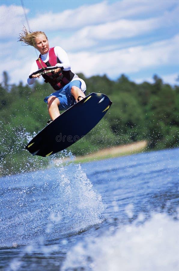 Het jonge vrouwenwater skiån royalty-vrije stock afbeelding