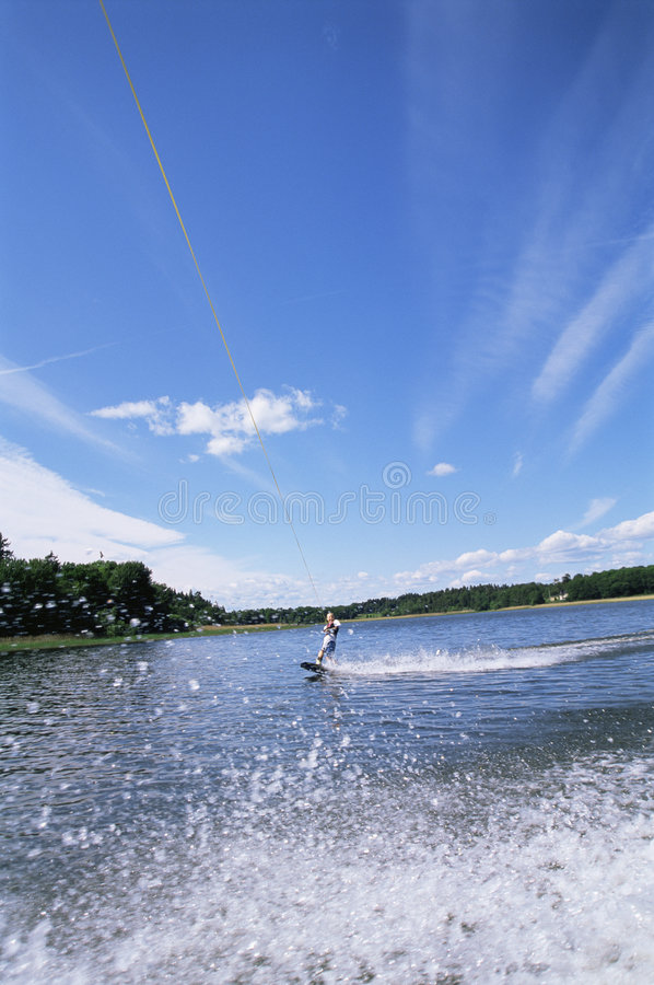 Het jonge vrouwenwater skiån stock afbeeldingen