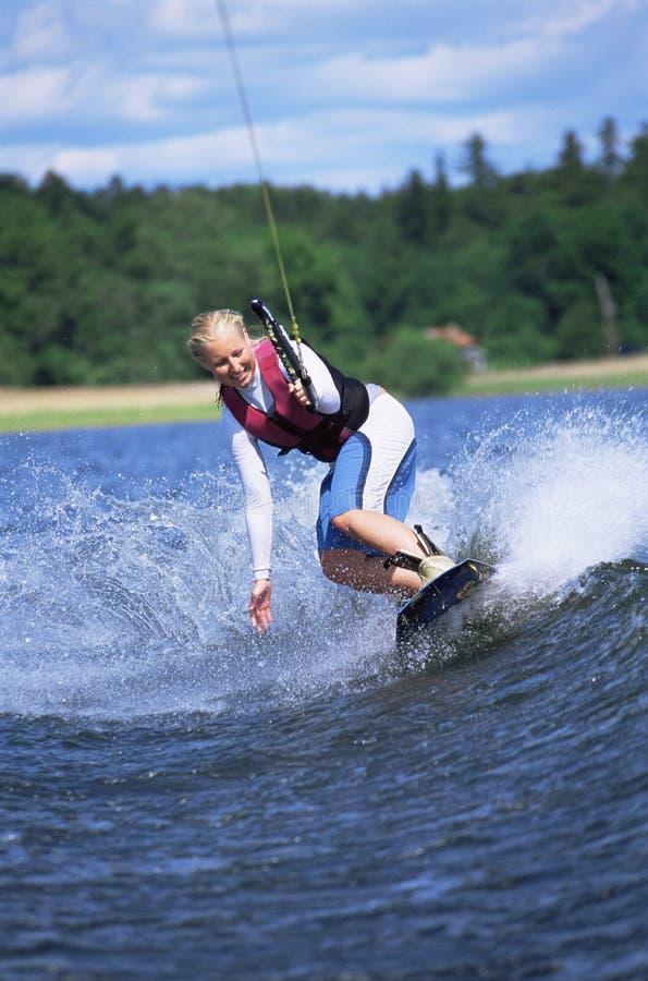 Het jonge vrouwenwater skiån stock foto's