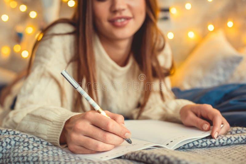 Het jonge vrouwenweekend verfraaide thuis slaapkamer schrijvend in ontwerpersclose-up royalty-vrije stock afbeelding