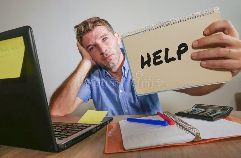Het jonge wanhopige en beklemtoonde zakenmangevoel overweldigde het werken met laptop computer bij bureau droevige het lijden spa stock afbeelding