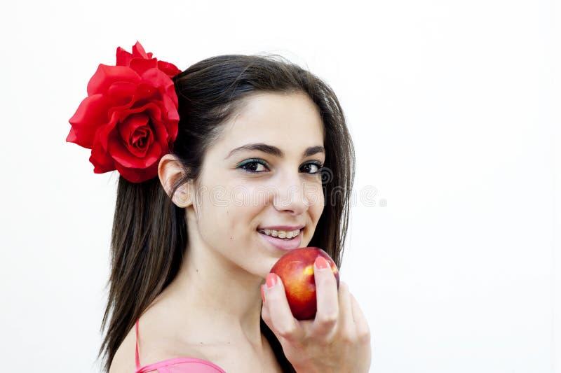 Het jonge wijfje eet nectarine stock afbeelding