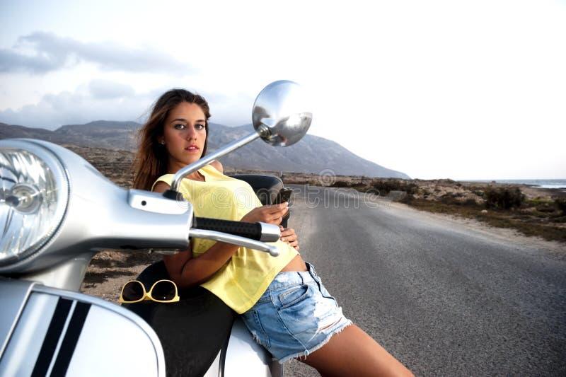 Het jonge wijfje geniet van een motorfietsreis stock afbeelding