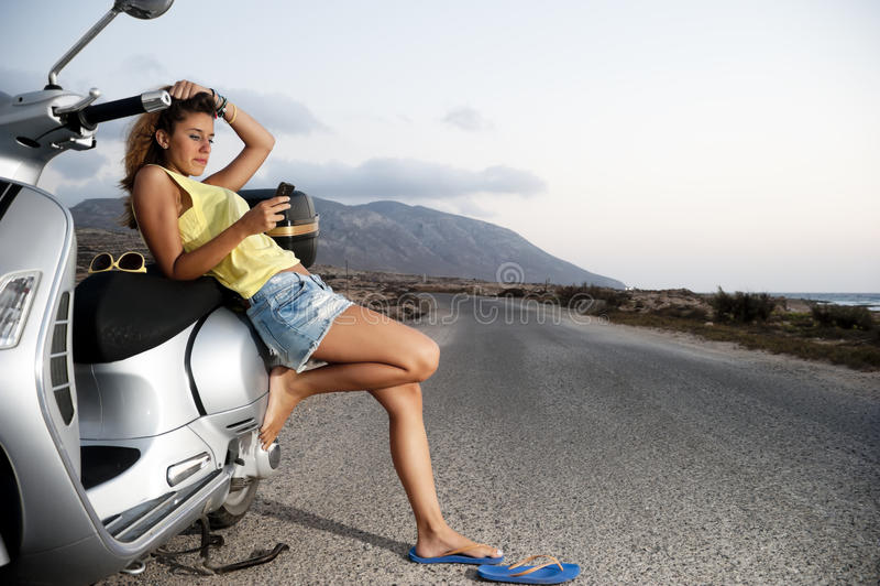 Het jonge wijfje geniet van een motorfietsreis royalty-vrije stock afbeelding
