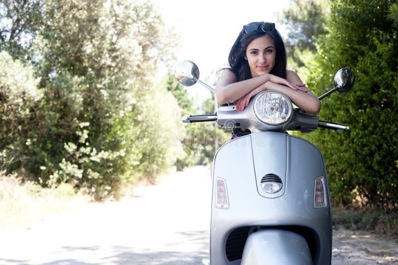 Het jonge wijfje geniet van een motorfietsrit stock foto