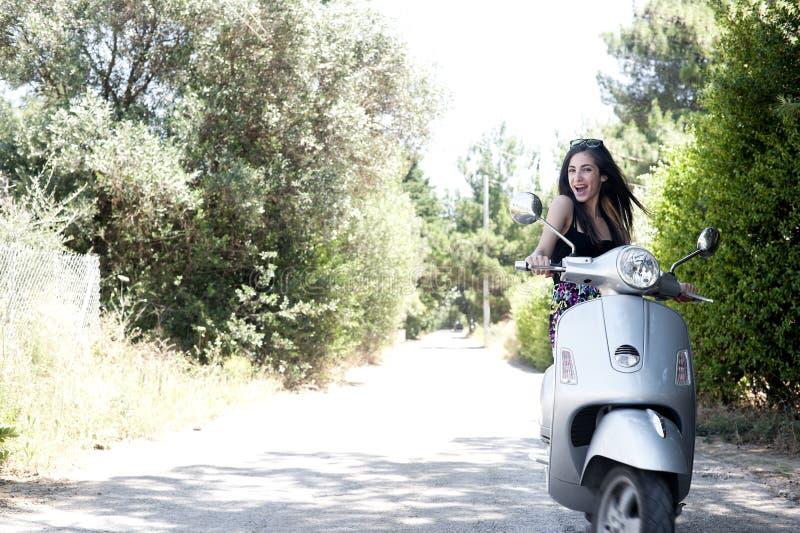 Het jonge wijfje geniet van een motorfietsrit stock afbeelding